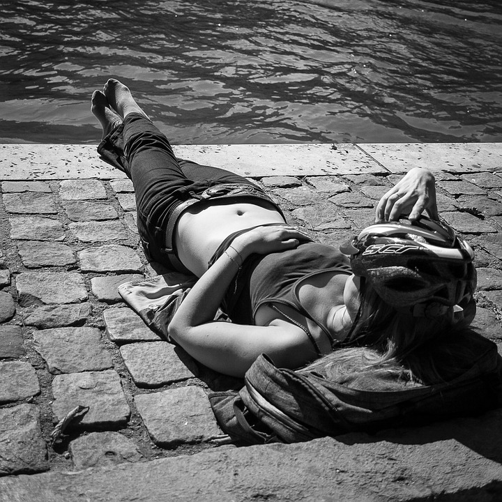 Fuente: https://pixabay.com/es/tomar-el-sol-sena-par%C3%ADs-mujer-806378/